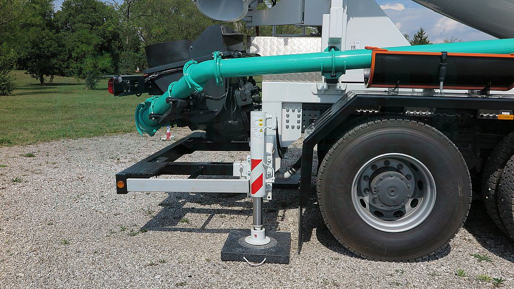 Rear outriggers of Imer mixer pumps 03